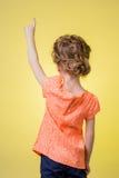 Muchacha adolescente que señala en el espacio de la copia Fotografía de archivo