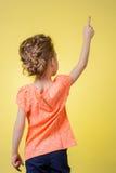 Muchacha adolescente que señala en el espacio de la copia Fotos de archivo