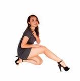Muchacha adolescente que se arrodilla en piso Fotos de archivo libres de regalías