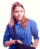 Muchacha adolescente que se coloca con la cartera Imagen de archivo libre de regalías
