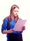 Muchacha adolescente que se coloca con la cartera y el papel Foto de archivo libre de regalías