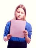Muchacha adolescente que se coloca con la cartera y el papel Imagenes de archivo