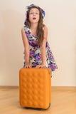 Muchacha adolescente que se coloca con la maleta Foto de archivo libre de regalías