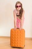 Muchacha adolescente que se coloca con la maleta Imagen de archivo libre de regalías