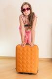 Muchacha adolescente que se coloca con la maleta Fotografía de archivo libre de regalías