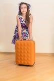 Muchacha adolescente que se coloca con la maleta Fotografía de archivo
