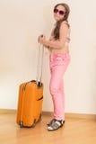 Muchacha adolescente que se coloca con la maleta Fotos de archivo libres de regalías
