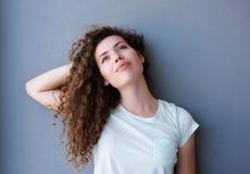 Muchacha adolescente que se coloca con la mano detrás del pensamiento principal Imágenes de archivo libres de regalías
