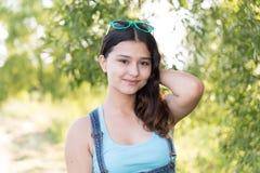 Muchacha adolescente que se coloca en el fondo de madera Fotos de archivo libres de regalías