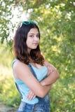 Muchacha adolescente que se coloca en el fondo de madera Imagen de archivo libre de regalías