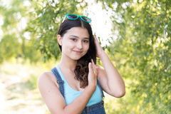 Muchacha adolescente que se coloca en el fondo de madera Imagen de archivo