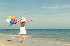 Muchacha adolescente que se coloca en la playa Fotografía de archivo libre de regalías