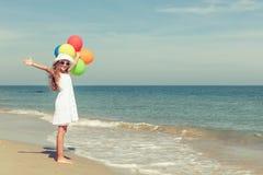 Muchacha adolescente que se coloca en la playa Fotografía de archivo