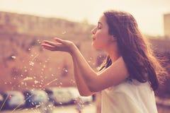 Muchacha adolescente que se divierte al aire libre Imagen de archivo libre de regalías