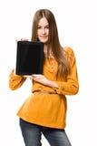 Muchacha adolescente que se divierte con el ordenador de la tablilla. Imagen de archivo libre de regalías