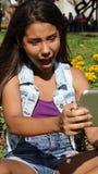 Muchacha adolescente que se divierte con la tableta Imagen de archivo libre de regalías