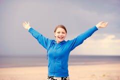 Muchacha adolescente que se divierte en la playa Imagenes de archivo