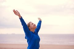 Muchacha adolescente que se divierte en la playa Fotos de archivo libres de regalías