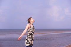 Muchacha adolescente que se divierte en la playa Imagen de archivo