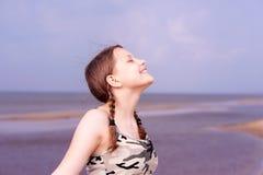 Muchacha adolescente que se divierte en la playa Fotos de archivo