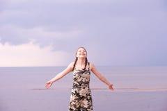 Muchacha adolescente que se divierte en la playa Imágenes de archivo libres de regalías