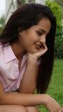 Muchacha adolescente que se pregunta o que piensa Foto de archivo libre de regalías