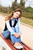 Muchacha adolescente que se reclina en el parque Imagen de archivo libre de regalías