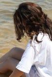 Muchacha adolescente que se refresca apagado en el lago Fotos de archivo libres de regalías