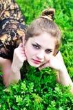 Muchacha adolescente que se relaja en la hierba Fotos de archivo libres de regalías