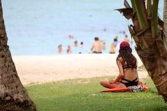 Muchacha adolescente que se relaja en la playa del coco Fotos de archivo