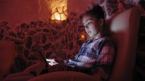 Muchacha adolescente que se relaja en una cueva de la sal en halotherapy metrajes