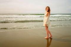 Muchacha adolescente que se relaja por las olas oceánicas Imagen de archivo libre de regalías