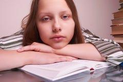 Muchacha adolescente que se sienta con los libros Imagen de archivo libre de regalías