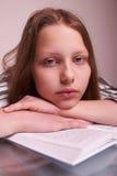 Muchacha adolescente que se sienta con los libros Imagen de archivo