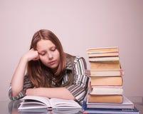 Muchacha adolescente que se sienta con los libros Imagenes de archivo