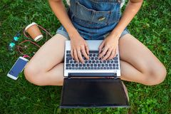 Muchacha adolescente que se sienta con una computadora portátil Imagenes de archivo