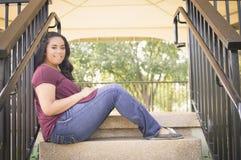 Muchacha adolescente que se sienta en la escalera Fotos de archivo libres de regalías
