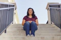 Muchacha adolescente que se sienta en la escalera Imagen de archivo
