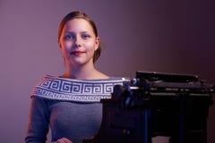 Muchacha adolescente que se sienta en la tabla Foto de archivo libre de regalías