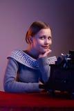 Muchacha adolescente que se sienta en la tabla Fotografía de archivo libre de regalías