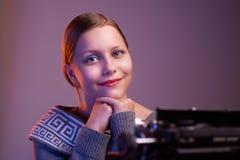 Muchacha adolescente que se sienta en la tabla Fotografía de archivo