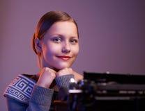 Muchacha adolescente que se sienta en la tabla Foto de archivo