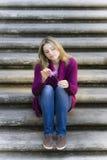 Muchacha adolescente que se sienta en las escaleras Fotografía de archivo libre de regalías