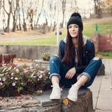 Muchacha adolescente que se sienta en las escaleras contra la pared del grunge Imágenes de archivo libres de regalías