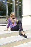 Muchacha adolescente que se sienta en pasos de progresión al aire libre Fotos de archivo