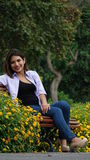 Muchacha adolescente que se sienta en primavera del parque Fotografía de archivo