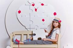 Muchacha adolescente que se sienta en un banco Fotografía de archivo libre de regalías