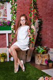 Muchacha adolescente que se sienta en un oscilación Fotos de archivo libres de regalías