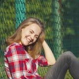 Muchacha adolescente que se sienta en un patio de la escuela Fotografía de archivo libre de regalías
