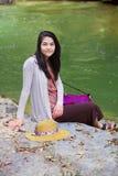 Muchacha adolescente que se sienta por el río en Tailandia Imagen de archivo libre de regalías